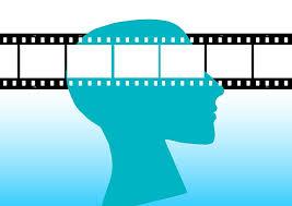imagen de una cabeza con una cinta de película a la altura de los ojos
