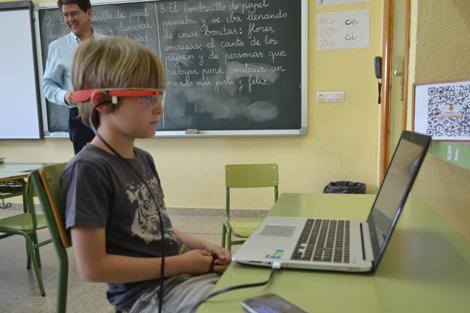 niño en aula con el sistema googleglass y el profesor rafael